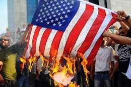 حرق علم امريكا