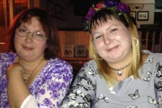 إحدى الضحايا مع والدتها قبل الجريمة