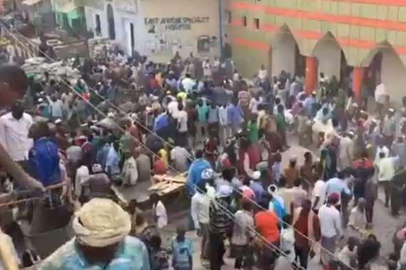 عمال متبرعين لبناء مسجد