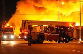 وصول سيارة إطفاء لإخماد نيران شارع مصطفى النحاس