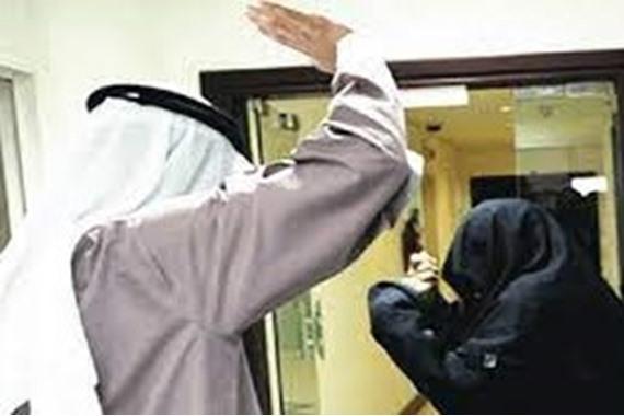 تعرف على عقوبة «رفس» الزوج لزوجته بالسعودية