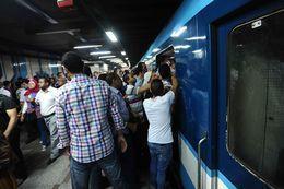 """مترو  الأنفاق يسير والأبواب مفتوحة.. وإغماءات بالجملة بين ركاب """"الشهداء"""""""