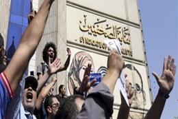 """مظاهرات رافضة لاتفاقية """"تيران وصنافير"""" مع السعودية على سلالم """"الصحفيين"""""""