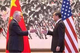 وزرير الخارجية الامريكية, ريكس تيليرسون, ونظيره الصيني وانغ يي .