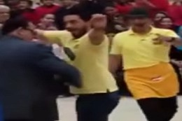 المدير يرقص مع الطلاب