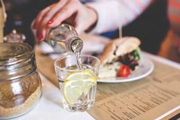 تحذير من شرب الماء بعد الأكل