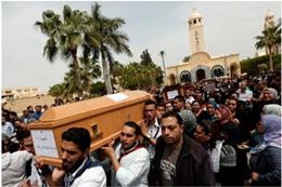 مشيعون لجنازة ضحايا تفجير كنيسة الإسكندرية