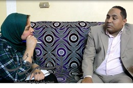 ام تعذب ابنها بمساعده زوجها التاني وتحرق جسده بمكواه