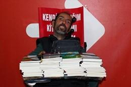 معاق تركي مصاب بالشلل يؤلف 15 كتاباً بإصبع واحد