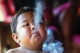طفل يدخن في سن العامين