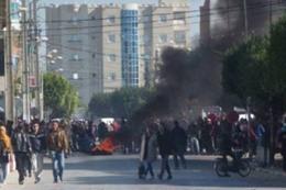 متظاهرون يحرقون مركزين أمنيين في تونس