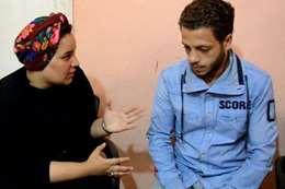 محررة المصريون مع والد الضحية