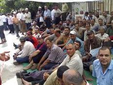 تجمهر أصحاب المعاش المبكر أمام مصنع أسمنت بنى سويف