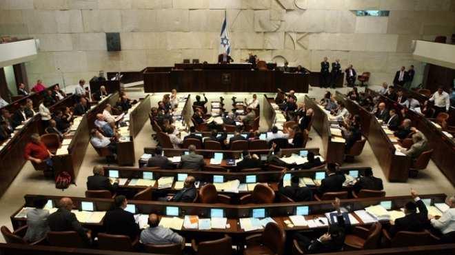 الكنيست يُقر قانوناً يتيح مصادرة أراضٍ فلسطينية