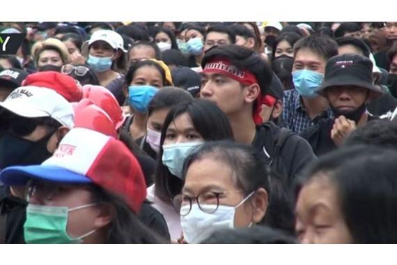 صورة تظاهرات في تايلاند لمطالبة رئيس الحكومة بالاستقالة