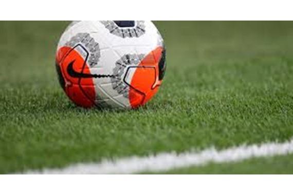 صورة صادم.. وفاة لاعب كرة شهير داخل الملعب