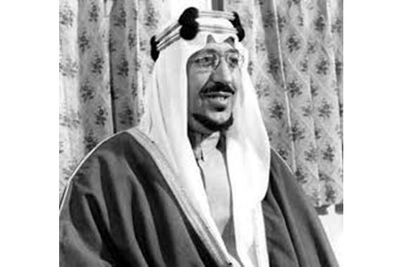 صورة شاهد.. صورة نادرة لحظة وصول الملك سعود إلي فيينا