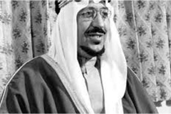 صورة شاهد.. صورة نادرة للملك سعود يستعرض الجيش في المنطقة الملكية