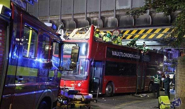إصابة 26 شخصًا في تصادم حافلة بجسر في لندن
