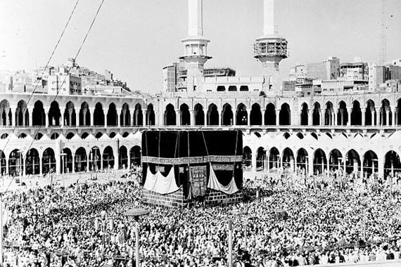 صورة شاهد.. طه حسين يتعلق بأستار الكعبة ويناجي الله بدعاء مؤثر