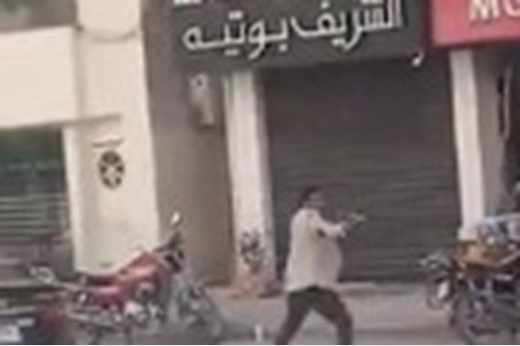 صورة تحرشوا بزوجته في شوارع الإسكندرية.. شاهد ما فعله بهم