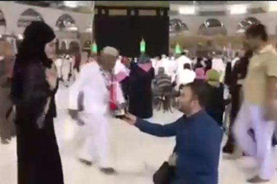 الشاب أثناء تقديمه خاتم الزواج أمام الكعبة