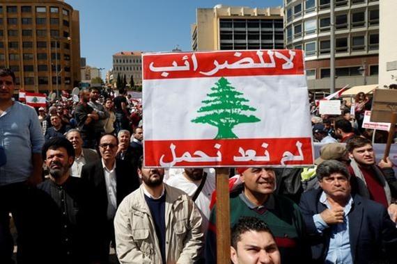 آلاف اللبنانيين يتظاهرون في بيروت احتجاجاً على زيادة الضرائب