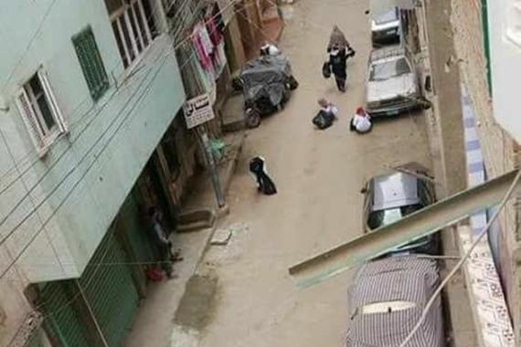 ماليزيات ينظفن الشارع بمصر