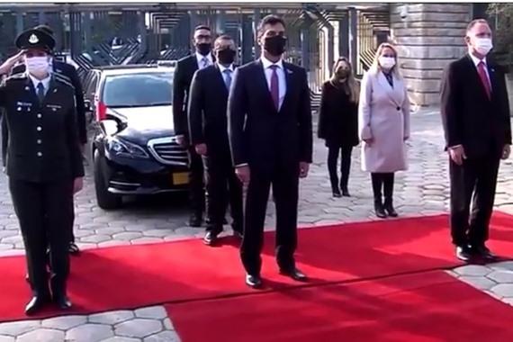صورة شاهد.. كسر البروتوكول في استقبال أول سفير إماراتي في إسرائيل