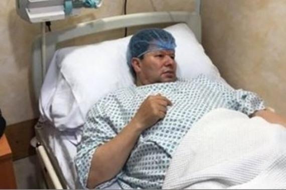 صورة نقل رضا عبدالعال إلى المستشفى وإجراء عملية عاجلة في القلب