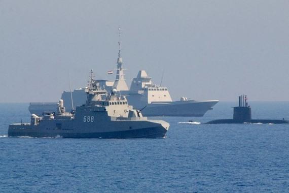 """الغواصة """"تايب 209"""" محاطة بعدة سفينتين حربيتين"""
