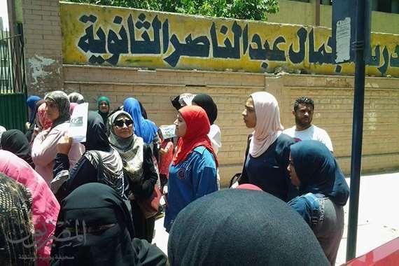 طلاب أمام مدرسة جمال عبد الناصر