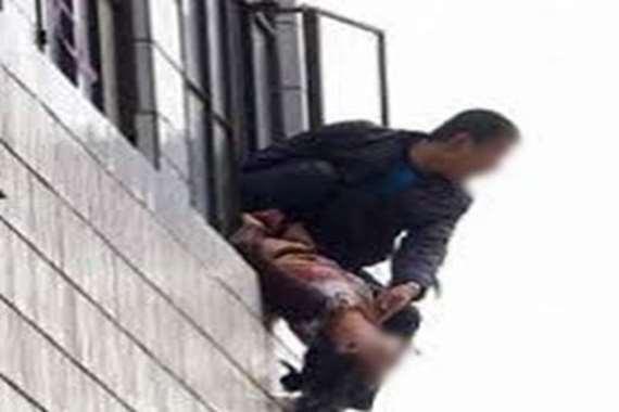 عامل يلقي زوجته من الطابق الثالث