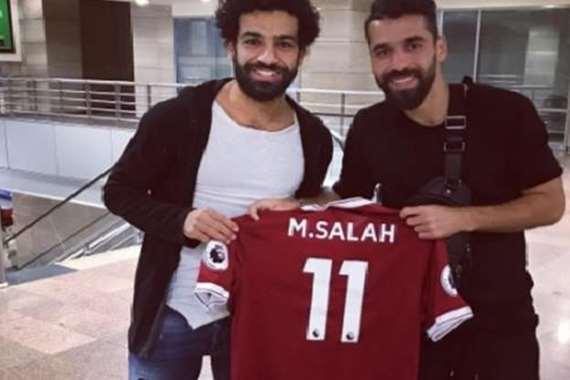 محمد صلاح يُهدي عبد الله السعيد قميص ليفربول