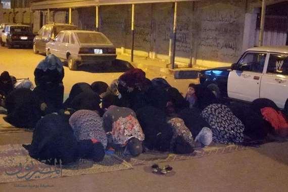 سيدات طنطا يفترشن يصلين في الشارع بعد قطع الطريق