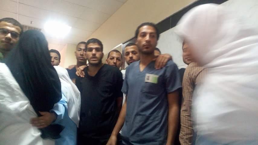 """بالصور.. العاملون بمستشفى الفيوم الجامعي يتظاهرون في حضور """"الشيحي"""""""