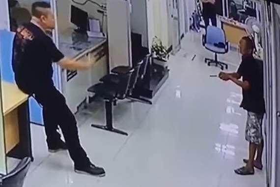 الرجل يهدد الضابط
