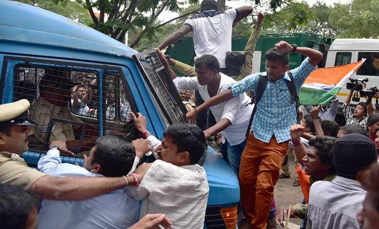 احتجاجات الآلاف من الهنود أمام البنوك