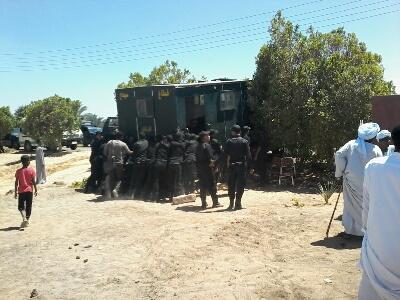 جنود الأمن المركزى يحاولون تحريك ناقلة جنود في صلح الكوبانية