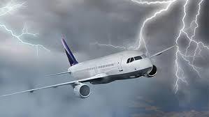 بالفيديو.. صاعقة قوية تضرب طائرة ركاب أثناء تحليقها