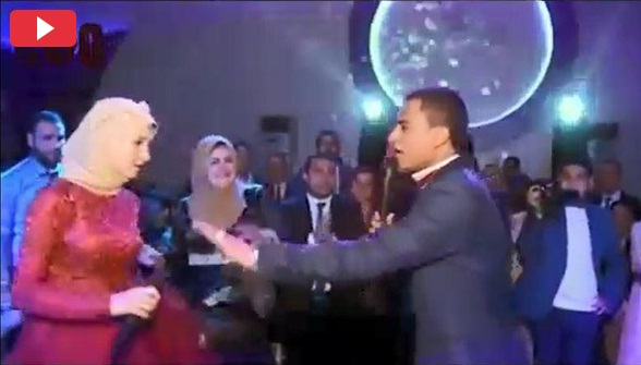 شاهد .. عريس و عروسه يتشاجران داخل الزفاف .. لماذا؟