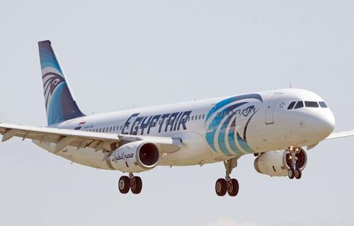 كيف تصرف مضيفو مصر للطيران مع تشكيل عصابي صيني؟