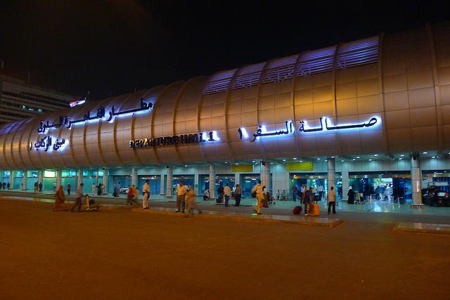 إلغاء سفر راكب مخمور بمطار القاهرة
