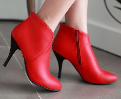 c6e2ef605 رأيت مرتين أني ألبس حذاءً أحمر بدون كعب ومريح.. أنا عزباء وشكرًا.
